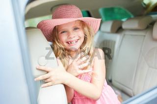 Mädchen auf der Rückbank im Auto