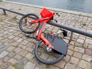 Achtlos abgelegtes E-Bike von Jump auf einem Weg in Berlin, nur zur redaktionellen Vewendung