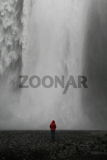 Frau vor Wasserfall