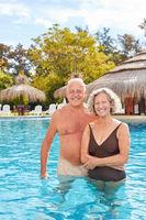 Glückliches Senioren Paar steht im Pool