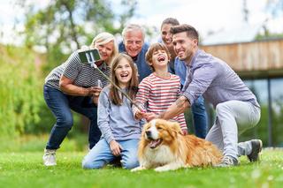 Familie mit drei Generationen macht ein Selfie