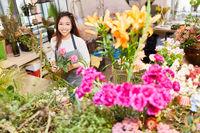 Floristin beim Blumen binden für einen Blumenstrauß