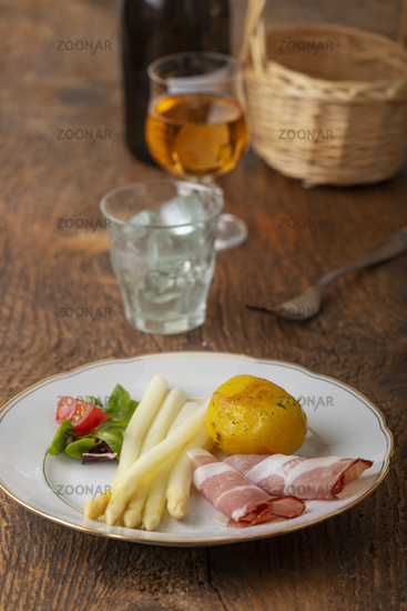 White asparagus with ham and potatoes