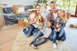 Glückliche Familie mit zwei Kindern und Hund