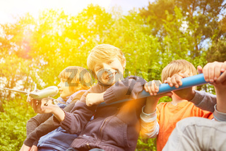 Kinder klettern auf Klettergerüst im Spielplatz