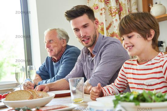 Erweiterte Familie mit Opa beim Mittagessen