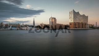 Elbphilharmonie mit Landungsbrücken am frühen Abend