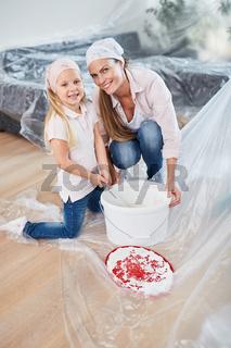 Mutter und Tochter malern zusammen