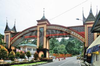 Fussgängerbrücke in Padang Panjang Indonesien.jpg