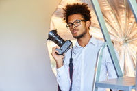Cooler Fotograf mit Spiegelreflexkamera