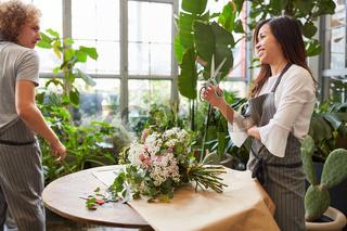 Floristen beim Blumen binden für einen Blumenstrauß