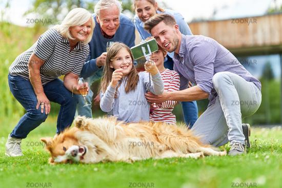 Familie mit Großeltern und Kindern macht ein Selfie