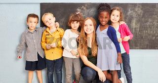 Gruppe Kinder mit Lehrer in Grundschule
