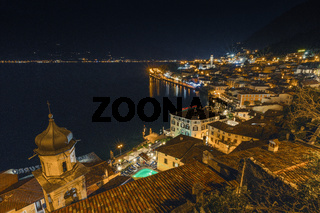 Beliebtes Reiseziel, Limone am Gardasee bei Nacht, Brescia, Lombardei, Italien
