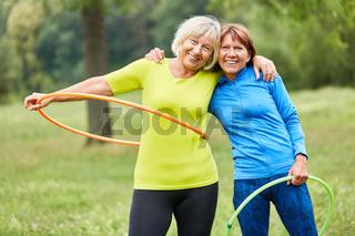 Senior Frauen machen Gymnastik mit dem Reifen