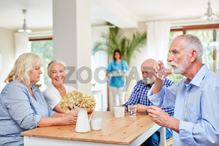 Senioren im Altersheim warten auf Medikamente
