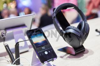 KÖLN, September 2019: Spotify App auf iPhone neben Bose Kopfhörer