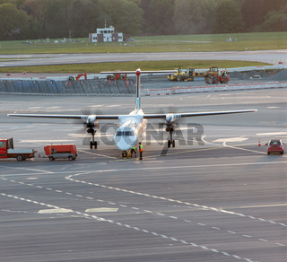 Flugzeug Abfertigung an einem Gate beim Hamburger Flughafen