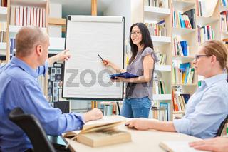 Gruppe in einem Seminar für Erwachsenenbildung