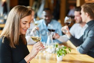 Frau trinkt ein Glas Wein auf einer Weinprobe