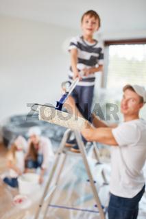 Familie und Kinder zusammen beim Malern