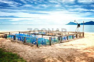 Schutz- und Überwachungsgehege für die Eier von Meeresschildkröten an einem Strand auf Borneo