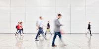 Anonyme Menschen gehen in Einkaufszentrum