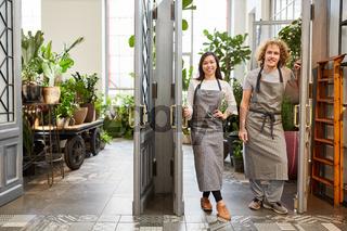 Stolzes Floristen Team am Eingang zu Gartencenter