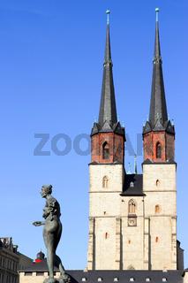 Skulptur und blauer Türme