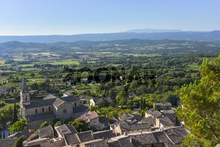 Panoramablick über das Luberon-Tal zum Berg Mont-Ventoux mit Bonnieux