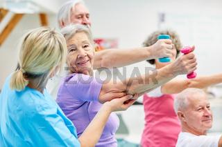 Senioren Gruppe macht Rehasport mit Hanteln