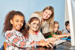 Mädchen lernen am Computer