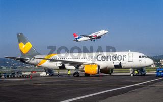 Flugzeuge von Condor und Air Serbia