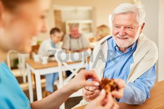 Senior Mann mit Demenz und Altenpflegerin