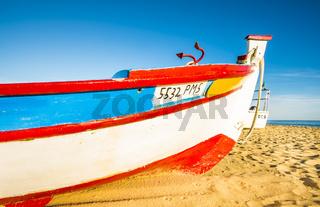 buntbemaltes fischerboot mit anker