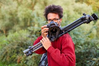 Junger Fotograf als Landschaftsfotograf in der Natur