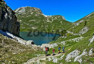 Wanderer am Bergsee Iffigsee, Lenkl, Schweiz