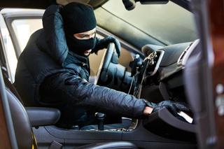 Dieb beim Diebstahl im Auto