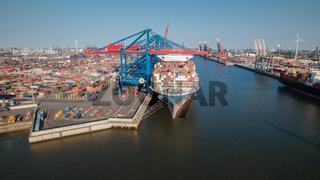 Containerterminal im Hamburger Hafen bei Sonnenuntergang