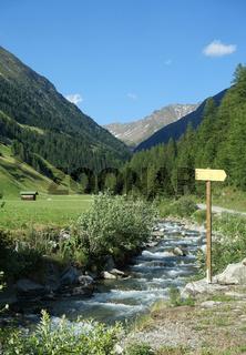 Schöner Wanderweg am Bergbach bei Niederthai, Ötztal, Österreich