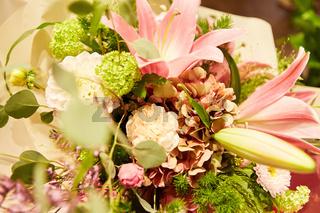 Bunter Blumenstrauß als Geschenk zum Muttertag