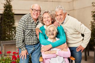 Glückliche Gruppe Senioren als Freunde