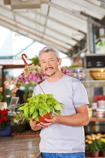 Florist im Blumenladen mit Philodendron