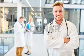 Erfolgreicher junger Assistenzarzt im Krankenhaus