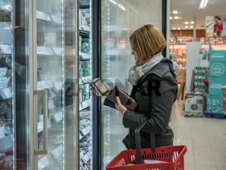Junge Frau beim einkaufen im Supermarkt
