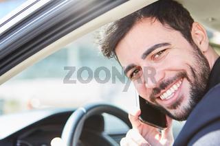Autofahrer telefoniert beim Autofahren