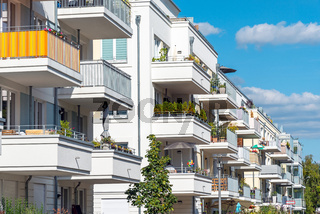 Vielen Balkone von modernen Apartmenthäusern