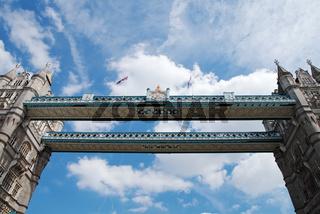 Mit dem Schiff unter der 'Tower Bridge' - London
