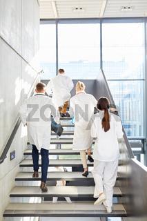 Ärzteteam im Treppenhaus einer Uni Klinik