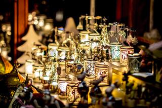 Viele verzierte weihnachtliche Lampen stehen als Dekoration auf einem tisch vor unscharfem Hintergru